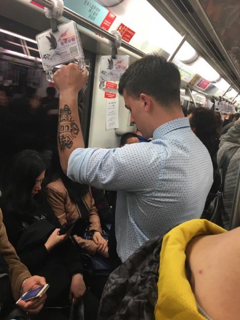 Весь Китай смеется от этой татуировки
